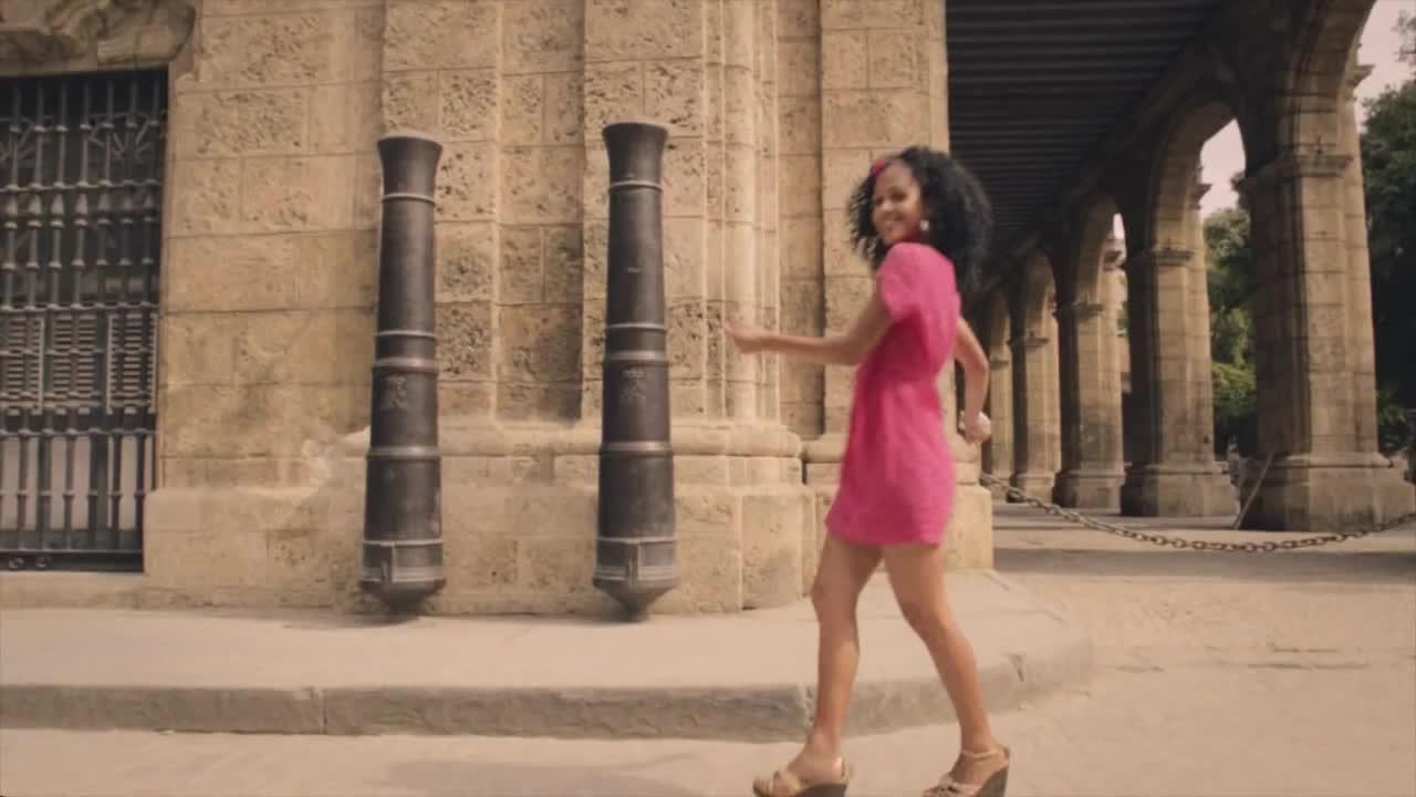 Песня в платье красного цвета